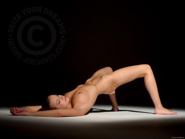 dve-podrugi-v-krovati-igrayut-eroticheskie